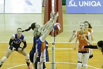 Olomoucké volejbalistky (v modrém) porazily Šternberk 3:0 a ve čtvrtfinálové sérii vedou 2:0 na zápasy