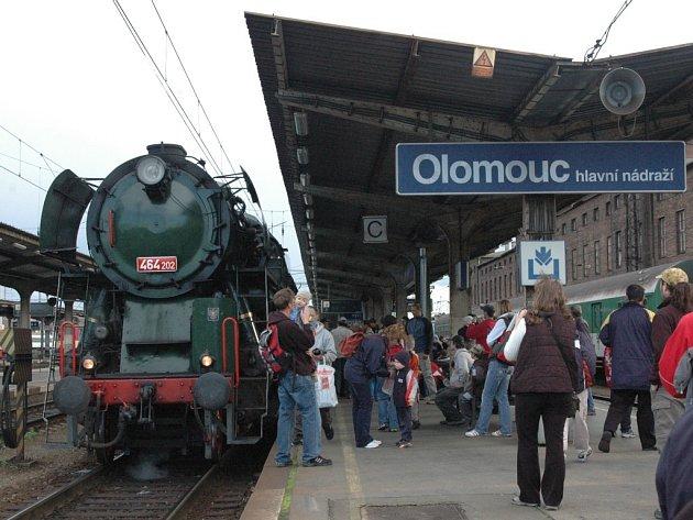 Na nástupišti čekalo na vlak mnoho lidí.