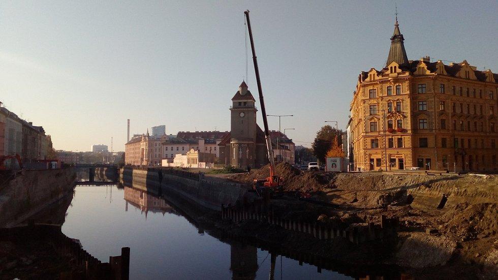 Stavba protipovodňových opatření u Bristolu. Začátek října 2018
