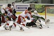 Olomoučtí hokejisté (v bílém) porazili Karlovy Vary 3:2 v prodloužení. Roman Vlach dává gól.