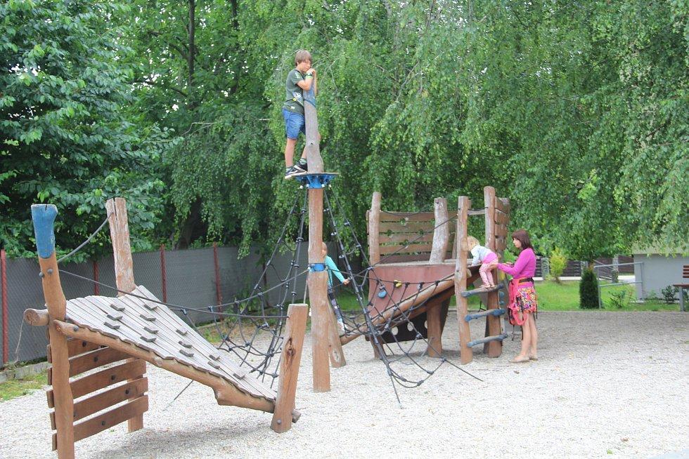 Dětské hřiště ve Velkém Týnci v centru obce
