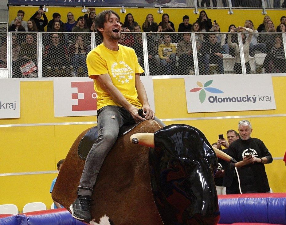 Tomáš Rosický na elektrickém býkovi.