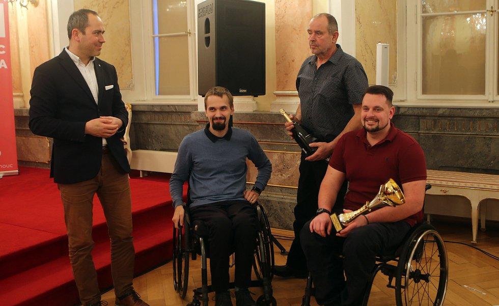Zdravotně postižení sportovci, střelci Tomáš Pešek (druhý zleva) a Jakub Kosek, klub SK TPS Olomouc (vpravo)