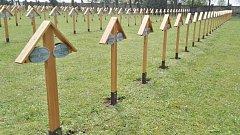 Na městském hřbitově ve Šternberku byly obnoveny dřevěné kříže (aktuální stav po obnově)