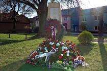 Nový pomník v Topolanech čtyřem mužům, kteří po okupaci v roce 1939 odešli do zahraničí a bojovali proti nacismu v řadách britské RAF a francouzského partyzánského hnutí. Aloise Klevara, Jana Maršálka, Cyrila Sklenáře a Františka Muzikanta.