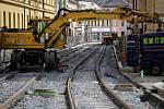 Rekonstruovaná ulice 1.máje v Olomouci se třese - na kolejích řádí podbíječka