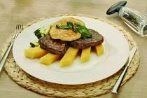 Biftek se sýrovou čepicí na polentě