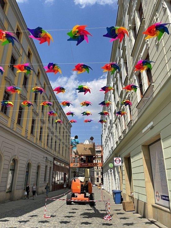 Duhové větrníky v ulici 28. října v centru Olomouce, 24. července 2021