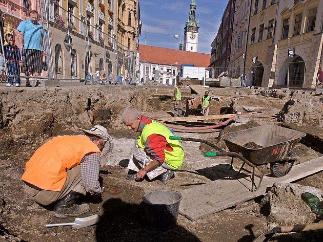 Objev na Dolním náměstí. Archeologové narazili na základy pozdně gotické kaple svaté Markéty