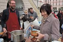 Tým Olomouckého deníku vyrazil na Horním náměstí pomáhat na Den lidí bez domova.