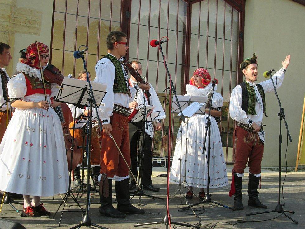 Folklorní soubory z celé Hané se představily v Čechách pod Kosířem
