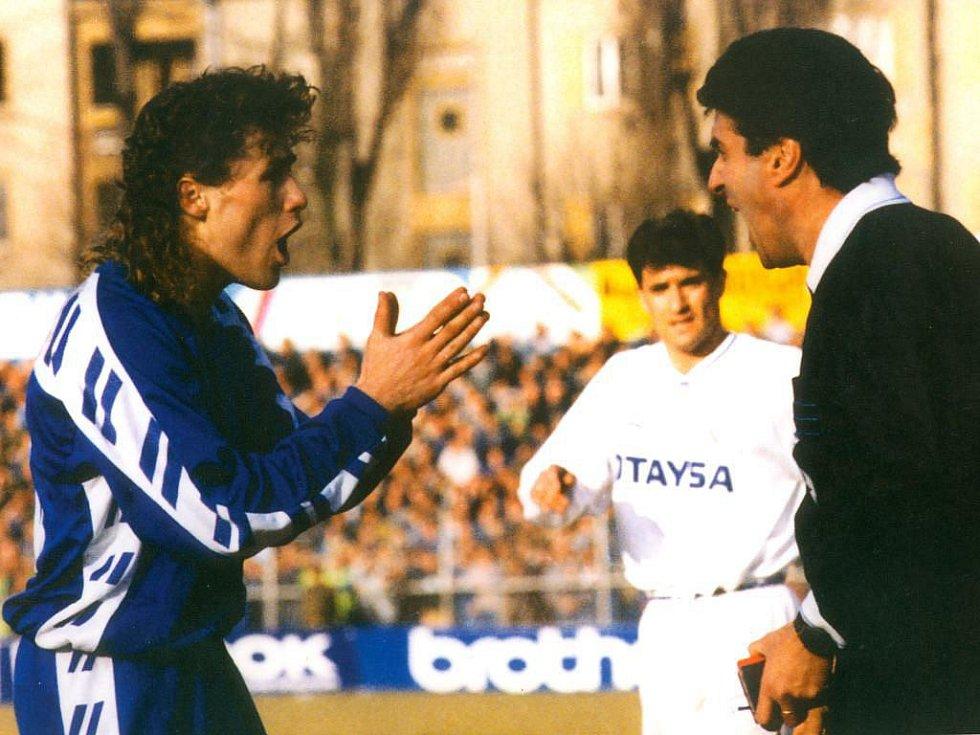 Sigma proti Realu v březnu 1992 (1:1). Olomoucký gól dal Pavel Hapal - na snímku v diskusi s rozhodčím