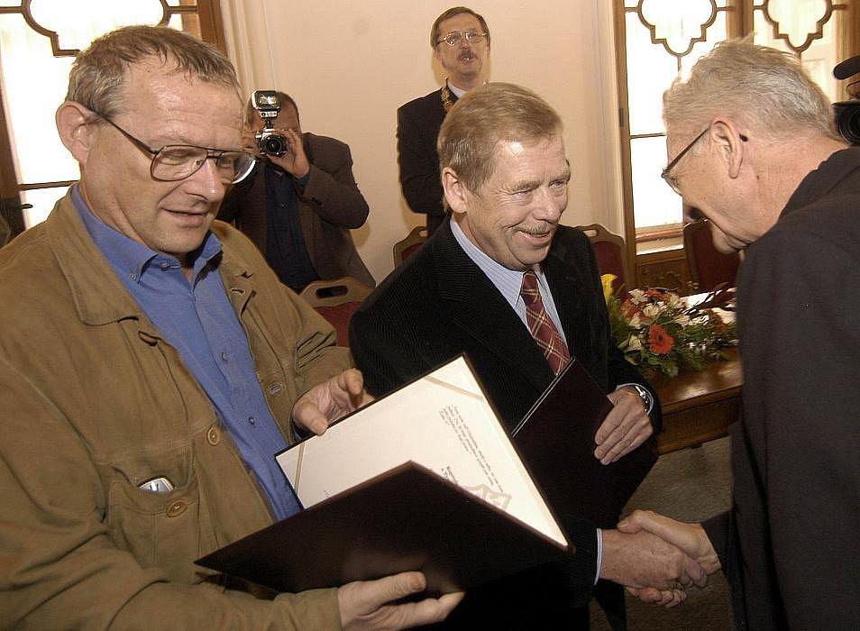 11.října 2003 obdržel Václav Havel a polský politik Adam Michnik v Olomouci medaili Svatého Jiří za obrovský přínos pro velikou změnu ve střední a východní Evropě a za úspěšný boj s drakem totalitarismu.  Cenu udílí polský Tygodnik Powszechny.