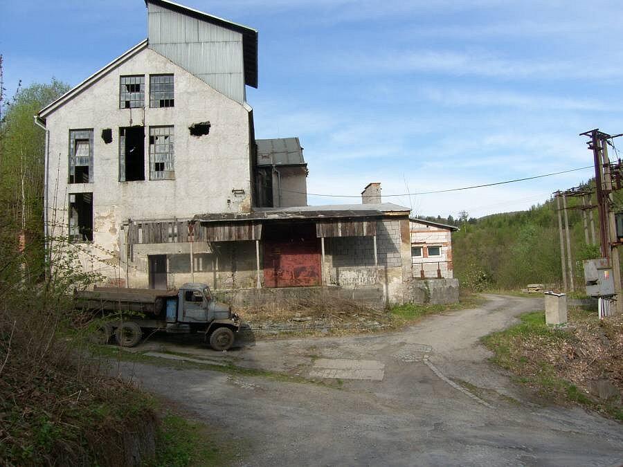Stávající podoba areálu na zpracování břidlice a hotelu v Hrubé Voděě