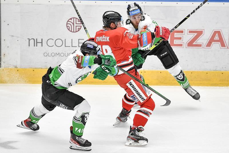Utkání 1. kola hokejové extraligy: HC Olomouc - BK Mladá Boleslav, 10. září 2021 v Olomouci. (střed) Vojtěch Tomeček z Olomouce a Adam Jánošík z Mladé Boleslavi.