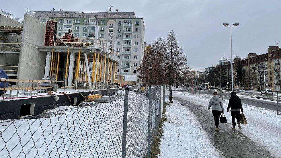 Třída Kosmonautů v Olomouci. Vlevo výstavba BEA city business residence, únor 2021