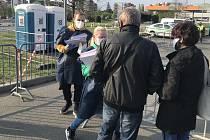 V Olomouci pokračuje testování imunity na Covid-19- V 8.00 čekala u odběrného místa asi dvacítka zájemců o vyšetření protilátek.