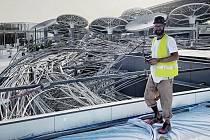 Olomoucký sochař Jan Dostál při práci na plastice Mrak, která je součástí českého pavilonu na světové výstavě EXPO 2021.