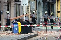 Hasiči spevňují stropy po pádu zdi v Pekařské ulici v Olomouci