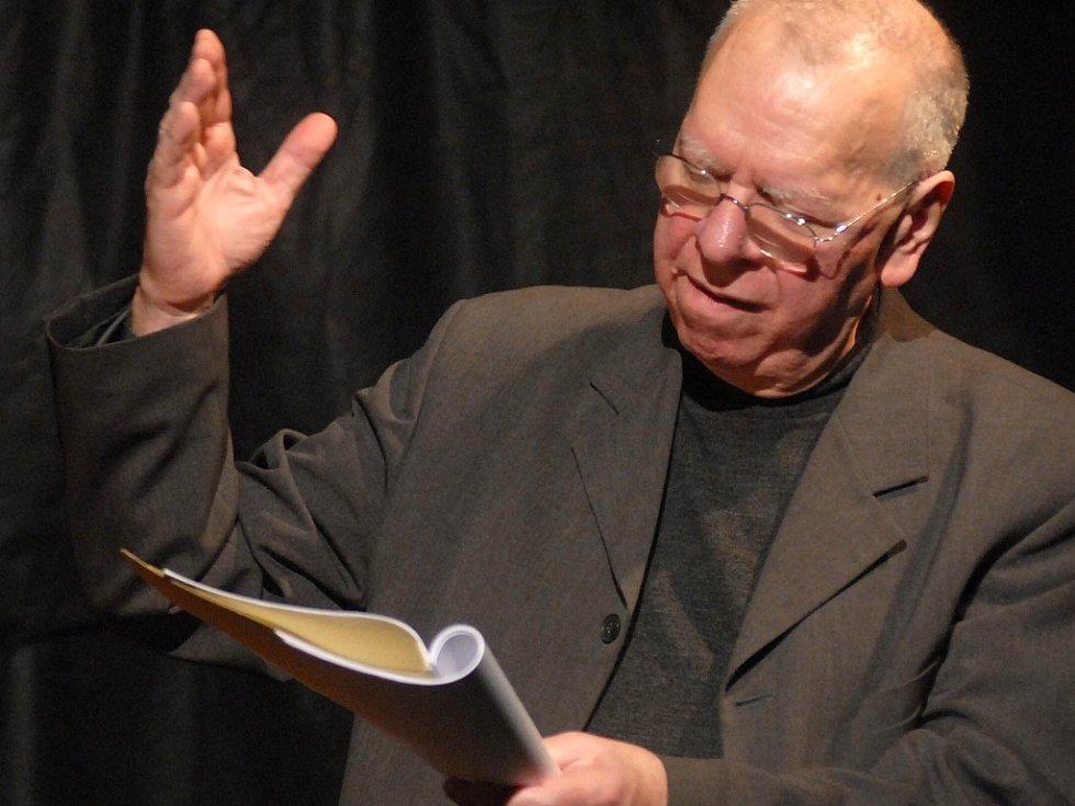 Milan Uhde při scénickém čtení svých her.
