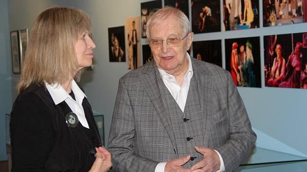 Jiří Suchý a Jitka Molavcová na zahájení výstavy k devadesátinám Jiřího Suchého ve Vlastivědném muzeu Olomouc