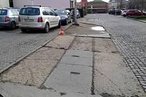 Sjezdy u parkoviště tvořené položenými panely a chybějící chodník na třídě Svobody v centru Olomouce by měla nahradit nová dlažba odpovídající historickému jádru a zaručující bezpečnost pěších.