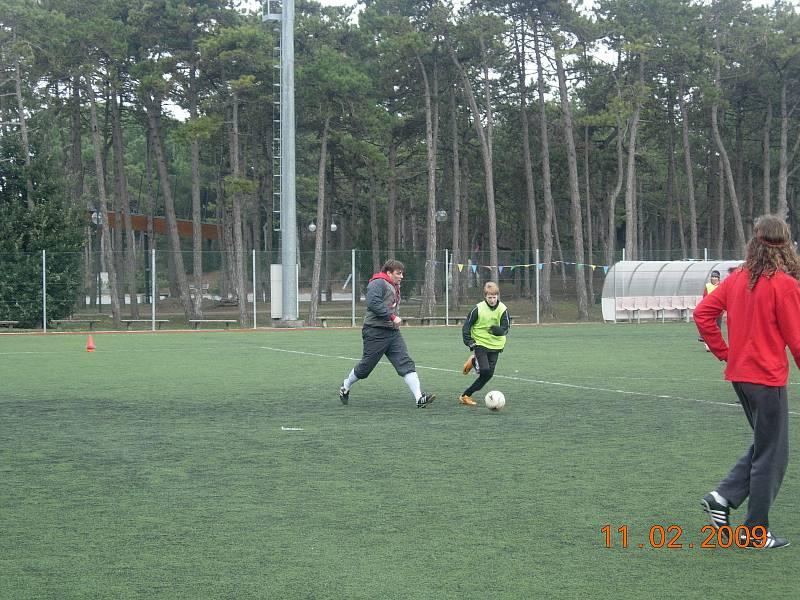 Václav Jemelka se při tréninku snaží obejít trenéra Milana Schmidta.