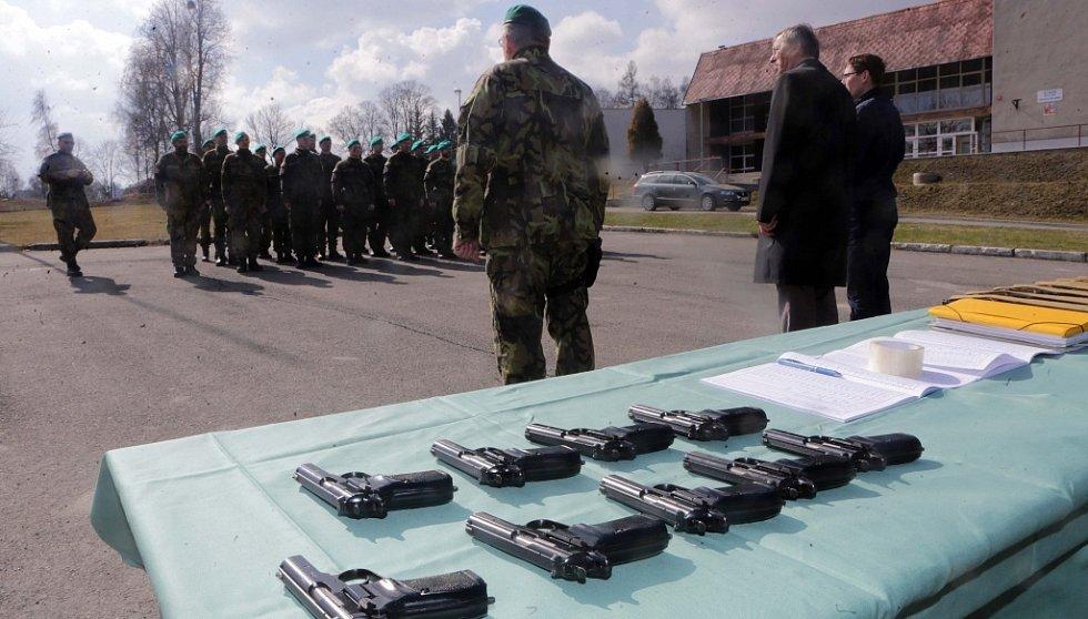 Pěší rota aktivní zálohy při KVV Olomouc fasuje zbraně na cvičení Hradba 2016