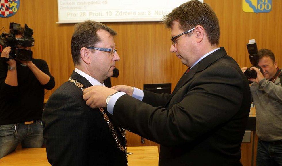 Dosavadní primátor Martin Major (vpravo) předává funkci Antonínu Staňkovi