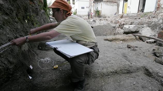 Archeologové na nalezišti ve dvoře Národního domu