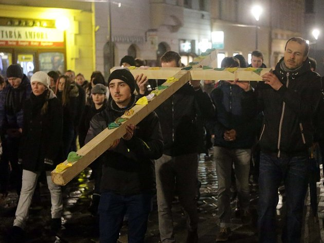 Křížová cesta na Velký Pátek v ulicích Olomouce