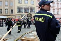 Stavění májky na Horním náměstí v Olomouci