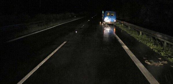 Řidiče, který na R35 opravoval kolo umodrého citroenu, srazil projíždějící náklaďák