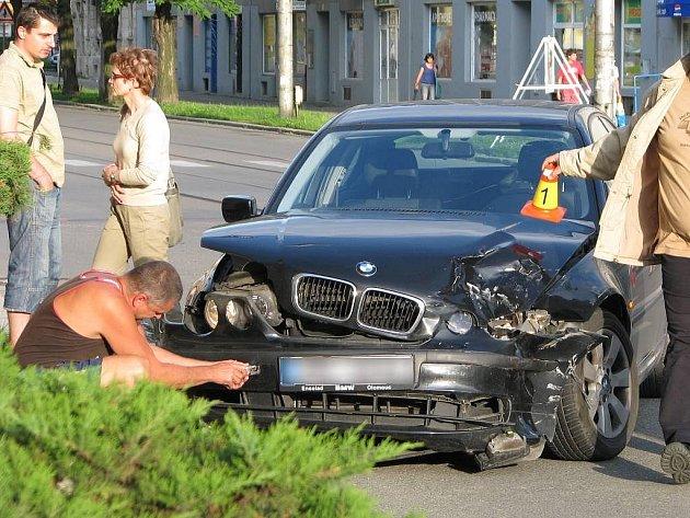 Nehoda BMW a renaultu na Žižkově náměstí