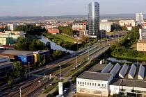 Olomoucká třída Kosmonautů s výškovou budovou BEA centra. Ilustrační foto