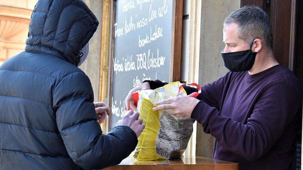 Provizorní výdejna jídla v Hanácké hospodě na Dolním náměstí. Olomouc v čase koronaviru