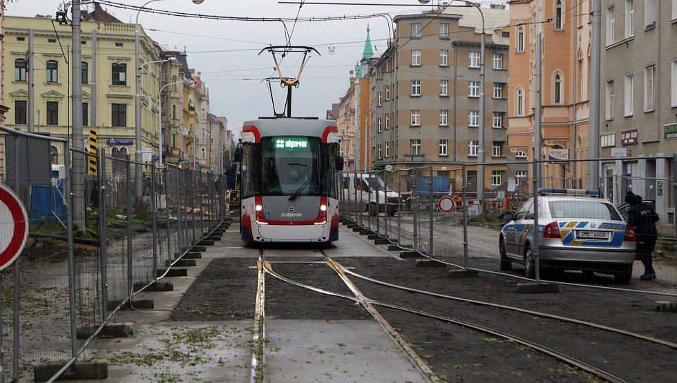 Tramvaj na konečné na Žižkově náměstí - úvrať.  4. prosince 2020