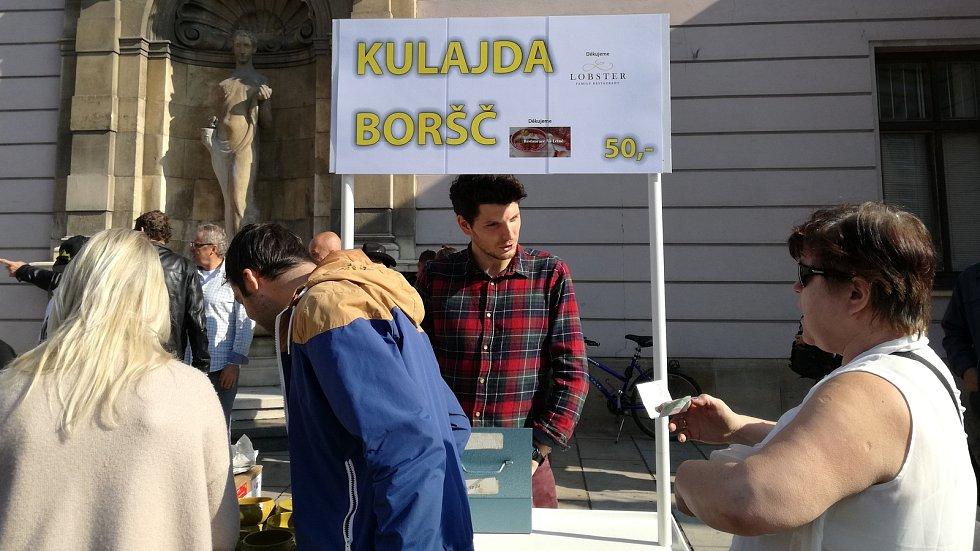 """Charitativní """"polévková"""" akce na Horním náměstí v Olomouci v rámci Dne lidí bez domova"""