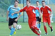 Fotbalisté Šternberka (v červeném) proti Kozlovicím