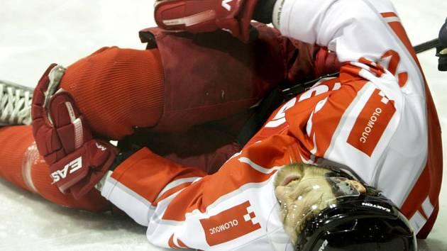 Útočník hokejové Olomouce Ondřej Švaňhal se zranil v zápase s Litoměřicemi