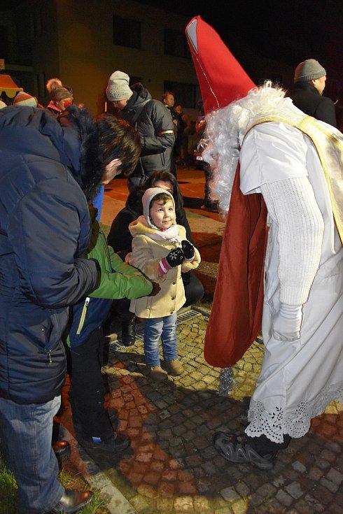 Nové Dvory na Olomoucku, které jsou součástí Náměště na Hané, rozsvítily vánoční strom i zrekonstruovanou kapli sv. Martina