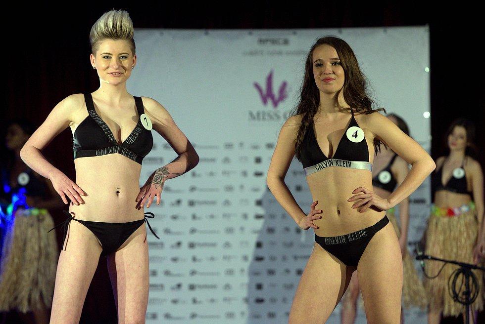 Aneta Sokelová (vlevo) a Aneta Klára Gronychová. Semifinále 6.ročníku soutěže Miss OK ve Velké Bystřici.