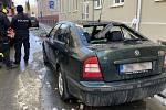 Ve Vančurově ulici v Olomouci sjel zmrzlý sníh ze střechy a poškodil auto, 18. února 2021