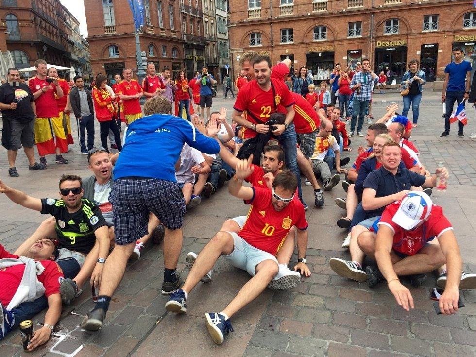 Fanoušci České republiky a Španělska v ulicích Toulouse před utkáním. Mezi jejich tábory panovala přátelská atmosféra.