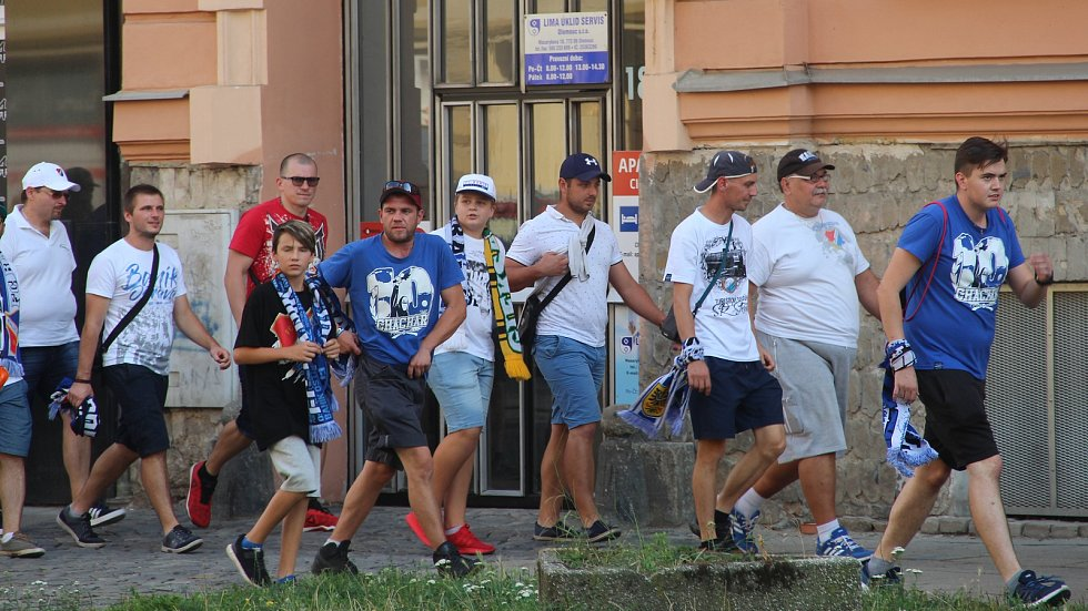 Fanoušci ostravského Baníku pod dohledem policistů rychle vyráží z olomouckého hlavního nádraží k Androvu stadionu. Jejich vlak měl totiž hodinu a půl zpoždění