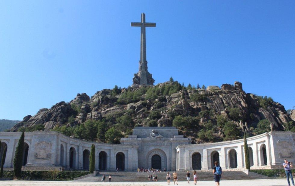 Na sever od Madridu stojí za to se vypravit do Escorialu, španělské královské hrobky, kterou nechal postavit král Filip II. vpolovině 16. století. Tato budova mimochodem inspirovala i Olomoucké Klášterní Hradisko. Nedaleko se tyčí obrovský stometrový kří