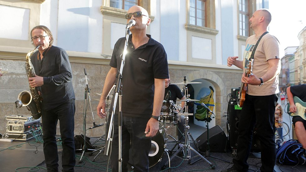 """Koncert kapely Garage v Denisově ulici po slavnostním odhalení kinetické sochy """"Lupič"""" Davida Černého na římse Muzea umění v Olomouci"""