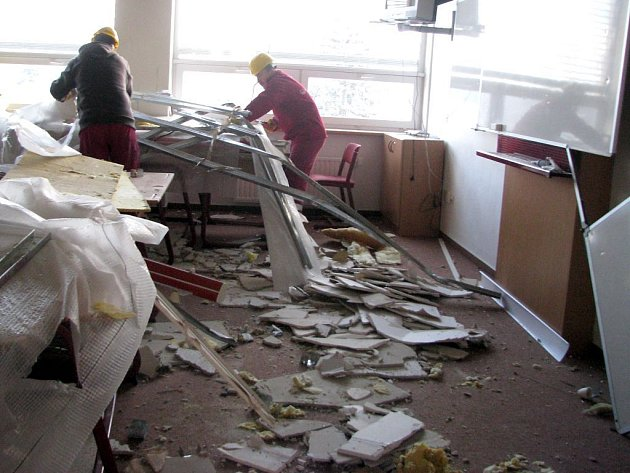 Odklízení sutin po zřícení stropu ve Vítězné škole v Litovli