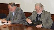 Tomáš Hradílek (vpravo) a advokát Tomáš Sokol u olomouckého Vrchního soudu