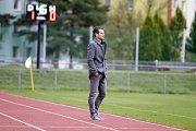 Fotbalisté Uničova (v červeném) prohráli s Mohelnicí 1:2. Dušan Žmolík, trenér Mohelnice